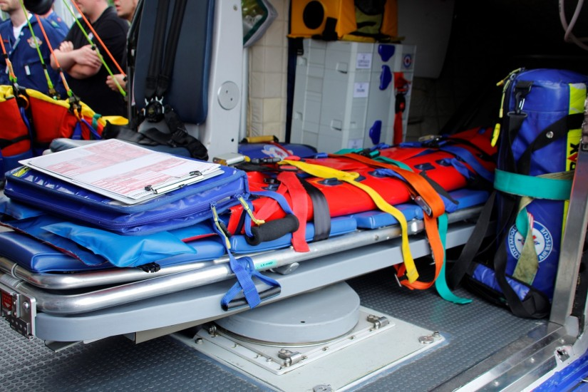 Hier sieht man die besondere Ein- und Auslademechanik, mit der Patienten in den bzw. aus dem Patientenraum verbracht werden können – nämlich von der bzw. zur Seite oder von bzw. nach hinten