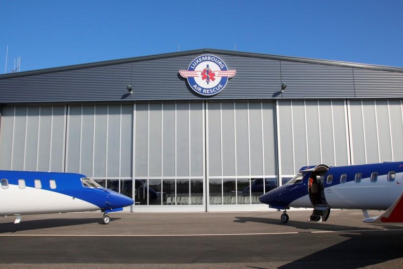 Nose to nose: Gleich zwei Ambulanzjets der LAR standen am 31. Mai 2018 vor dem Hangar der erst vor rund zweieinhalb Jahren errichteten Zentrale der LAR am Luxemburger Airport Findel