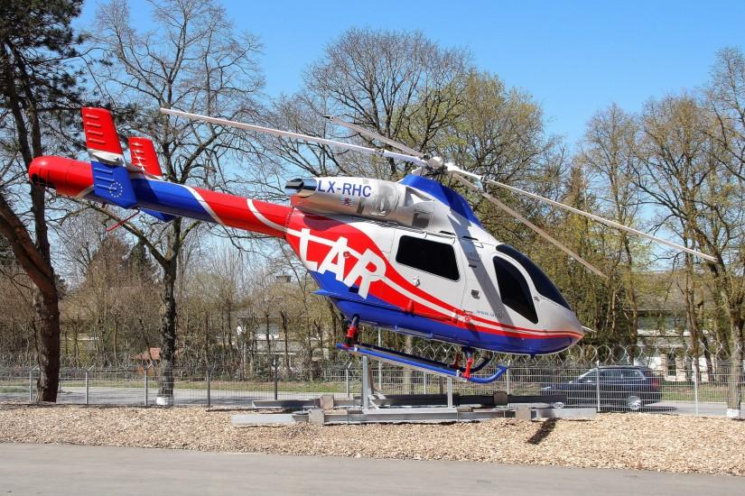 Einst modernster Rettungshelikopter der Welt: die MD 900 Explorer – bei der LAR allerdings schon Geschichte (hier die LX-RHC als Denkmal an der LAR-Zentrale), ihr folgte die leistungsstärkere MD 902 Explorer