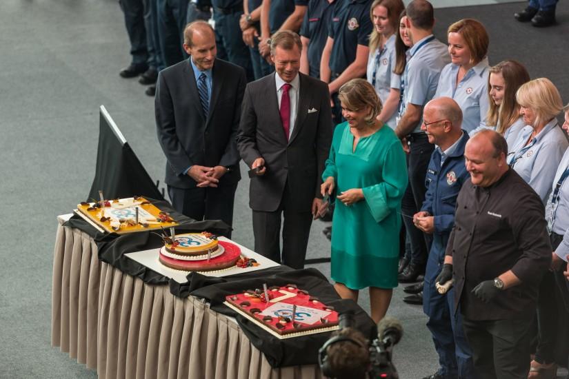 Versammelten sich zum Anschneiden der drei Geburtstagstorten: (v. l. n. r.) Festredner Jeff Skiles, SKH der Großherzog und die Großherzogin von Luxemburg und LAR-CEO René Closter