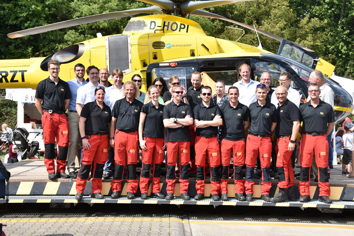 """Am Nachmittag versammelten sich die Teammitglieder der Luftrettungsstation """"Christoph 8"""" zum Erinnerungsfoto"""
