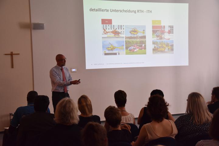 Lüner Notfalltag 2019: Dr. med. Jens Schwietring von der ADAC Luftrettung referierte unter anderem über die Unterschiede zwischen RTH und ITH