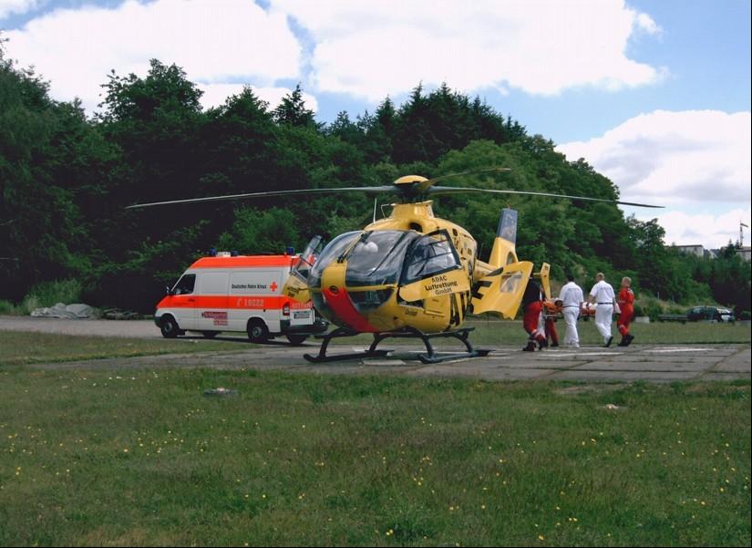 """Primäreinsätze in der Region gehörten zum Versorgungsauftrag des temporären RTH """"Christoph Kaiser"""", hier zu sehen am Sonderlandeplatz des Klinikums Idar-Oberstein mit den bodengebundenen Kräften des örtlichen DRK-Rettungsdienstes"""