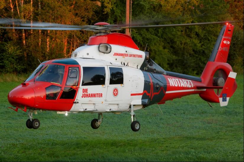 """Erst """"Air Rescue Pfalz"""" (eine AS 365 N3 """"Dauphin"""" der Johanniter Luftrettung – hier zu sehen in Buchholz bei Bruchmühlbach-Miesau), ..."""