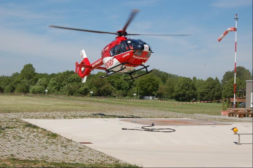 """Der """"Christoph 43"""" aus Karlsruhe (hier zu sehen im Frühjahr 2012 bei einer Landung in Pattonville bei Stuttgart) kam früher öfter in die Westpfalz, jetzt eher seltener"""