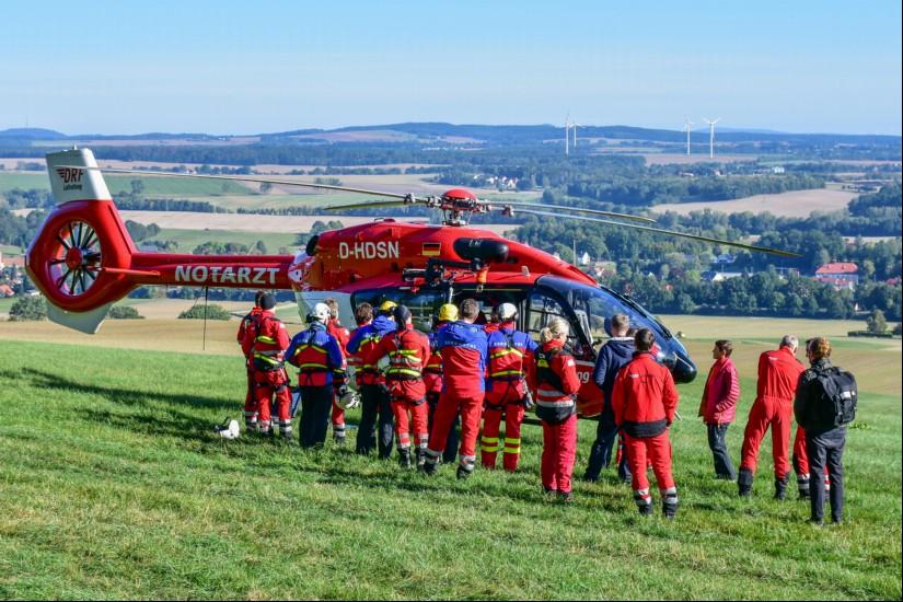 In der Früh findet die obligatorische Team- und Sicherheitsbesprechung am Hubschrauber statt