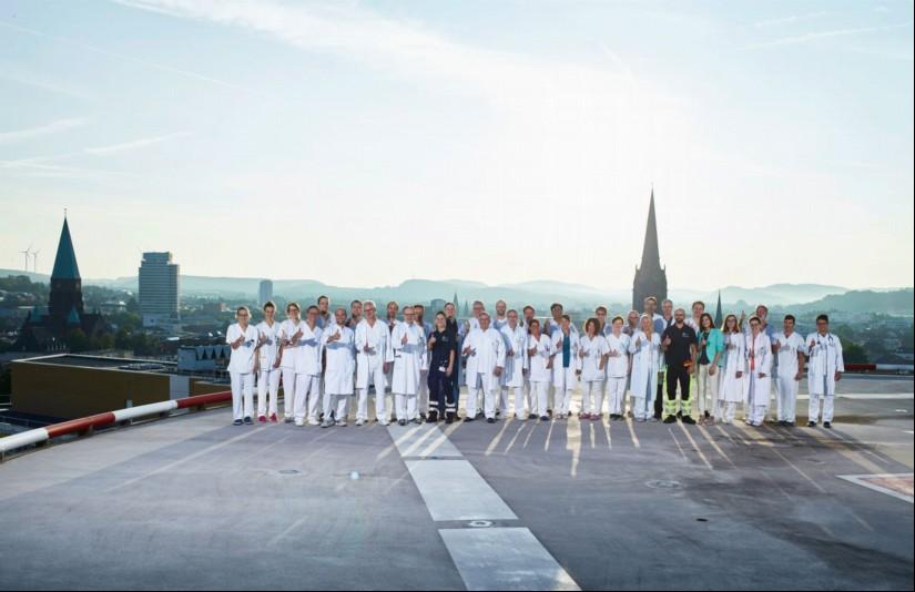 Gruppenfoto der Klinik für Anästhesie, Intensiv- Notfallmedizin und Schmerztherapie 1 auf dem Hubschrauberlandeplatz des Westpfalz-Klinikums