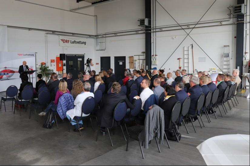 Für die Jubiläumsfeier wurde der Hangar festlich geschmückt und bestuhlt, um allen Gästen ein gemütliches Ambiente zu bieten.