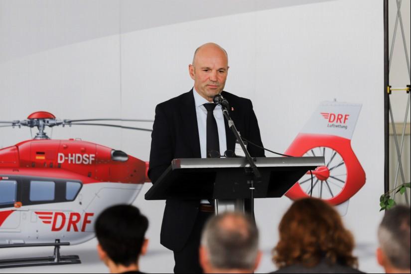 Dr. Krystian Pracz, Vorsitzender der DRF Luftrettung, bedankte sich für 25 Jahre Luftrettung Regensburg und hob die besonderen Aufgabengebiete und die Meilensteine des Ostbayerischen ITH hervor.