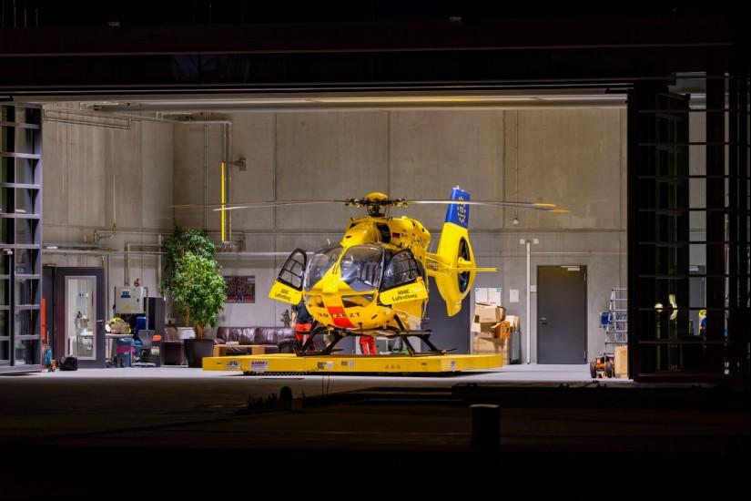 """Jeden Morgen startet """"Christoph 66"""" von Ludwigshafen aus zu seinen Einsätzen in die Westpfalz – er übernachtet im neuen Hangar der ADAC-Station """"Christoph 5"""""""