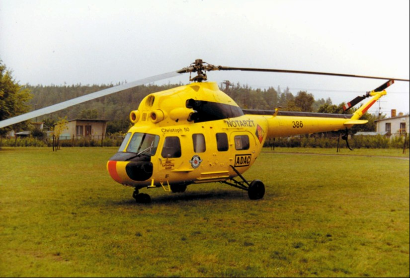 """Die gelbe Mil Mi-2 im ADAC-Design mit Militär- bzw. NVA-Kennzeichen und dem Rufnamen """"Christoph 50"""" wurde nur wenige Tage in Senftenberg eingesetzt"""