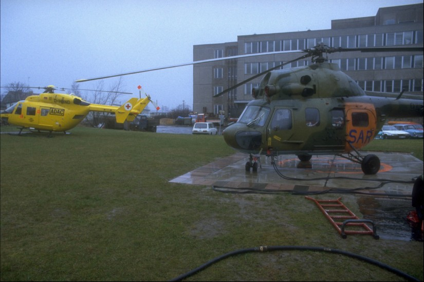 Durch die Bundeswehr von der NVA übernommener und im Rettungsdienst eingesetzter SAR-Hubschrauber des Musters Mil Mi-2 (links eine BK 117 der ADAC Luftrettung)