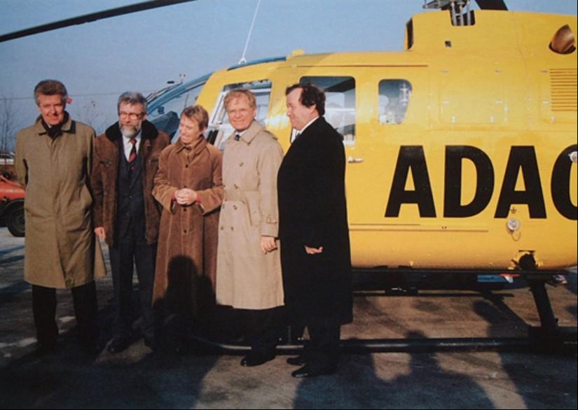 """Kurz vor Weihnachten 1991: Übergabe der Luftrettungsstation Senftenberg an die ADAC Luftrettung mit dem neuen RTH """"Christoph 33"""" vom Typ BO 105 CBS-4"""