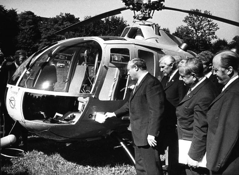 """Im Herbst 1970 wird im Englischen Garten der erste zivile und ständig mit einem Notarzt besetzte Rettungshubschrauber auf den Namen """"Christoph"""" getauft"""