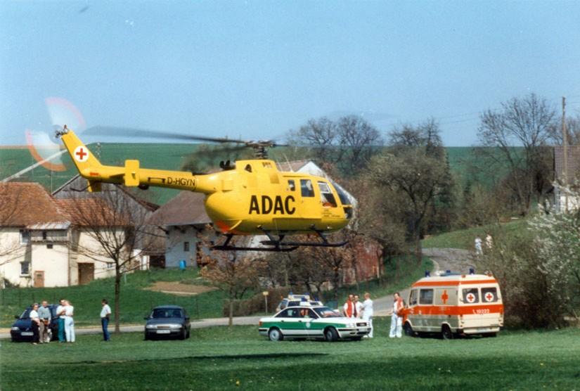 """Ab November 1981 flog eine gelbe BO 105 CB mit der Kennung D-HDMB und dem Rufnamen """"Christoph 20"""" am Klinikum Bayreuth – hier sehen wir eine Ersatzmaschine im Einsatz"""