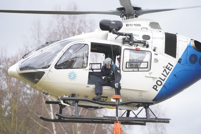 Von Anfang an in den Rettungsdienst eingebunden: die Helikopter der Polizeihubschrauberstaffel Bayern (hier zu sehen bei einer Windenrettungsübung)