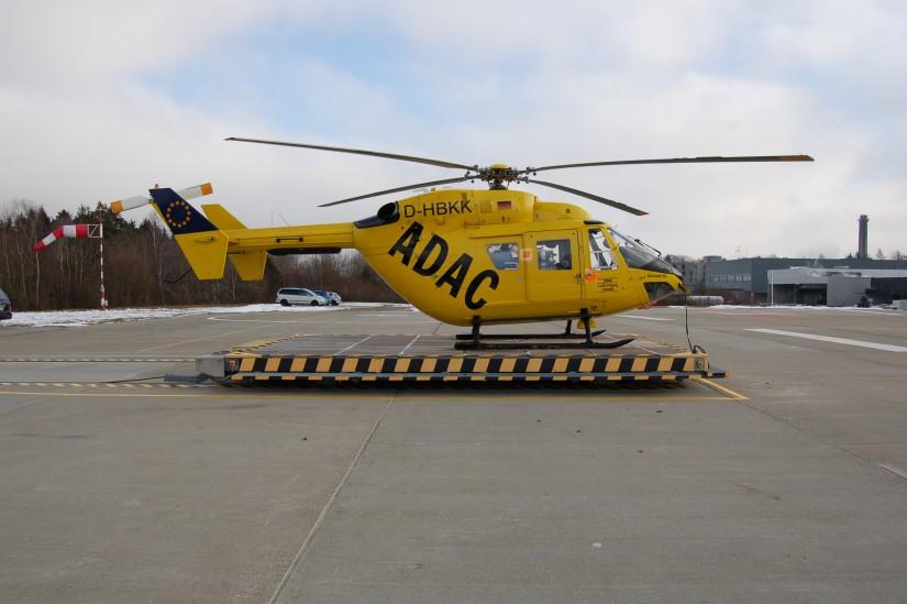 """Die ADAC Luftrettung setzte ihre BK 117 auch als Ambulanzhubschrauber (AHS) für Sekundärtransporte ein (hier ist eine BK 117 des ADAC als Springermaschine am Standort des RTH """"Christoph 22"""" in Ulm zu sehen)"""