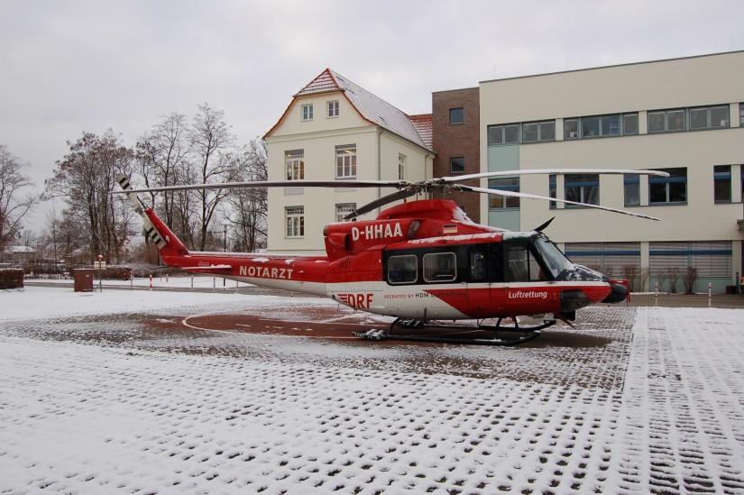 """Mitte März 2010 übernachtet """"Christoph Berlin"""" (eine Bell 412 HP im neuen Design der DRF Luftrettung) witterungsbedingt an der Oberhavel-Klinik in Oranienburg"""