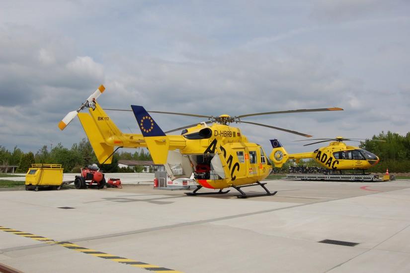 """Im Mai 2010 standen """"Christoph 33"""" (EC 135) und """"Christoph 71"""" (BK 117) einträchtig vereint am ADAC-Luftrettungszentrum in Senftenberg"""