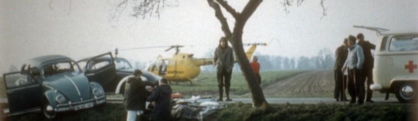Die historische Aufnahme zeigt die gelbe BO 105 (mit Schriftzug KATASTROPHENSCHUTZ) bei einem schweren Verkehrsunfall im niedersächsischen Umland