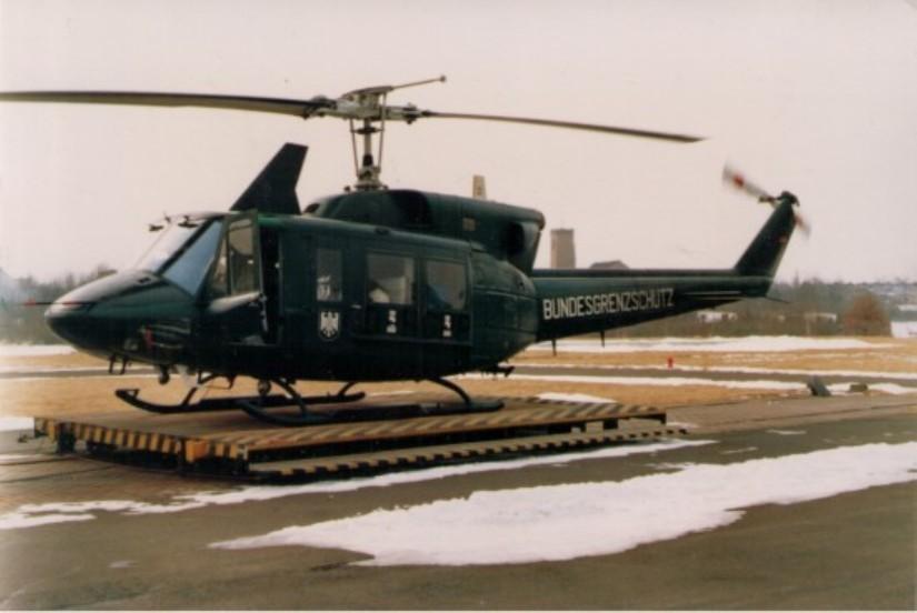 Hier sieht man die schwarzgrüne Ersatzmaschine an der Bremer Luftrettungsstation am LDW