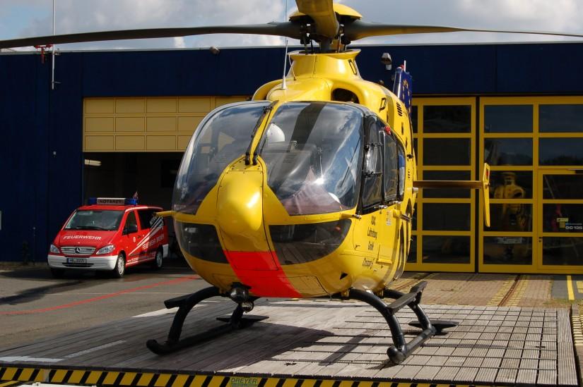 """An der Luftrettungsstation """"Christoph 6"""" der ADAC Luftrettung ist auch ein Notarzteinsatzfahrzeug der Feuerwehr Bremen stationiert"""