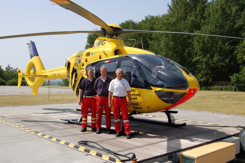 """Stolz präsentiert sich die Crew des Dual-Use-ITH """"Christoph Hansa"""" Ende Mai 2008 vor ihrer neuen D-HHBG, eine EC 135 P2"""