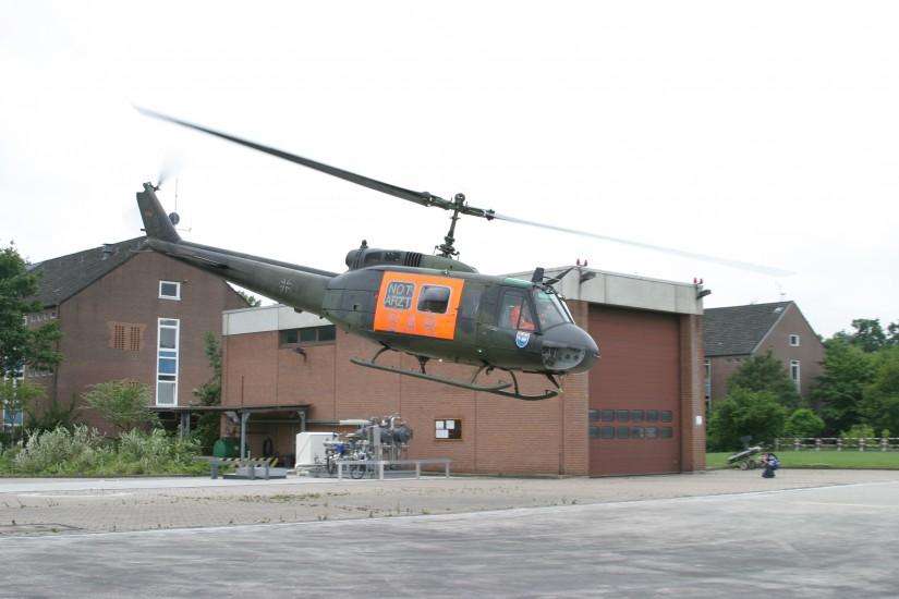 Auf der Aufnahme aus dem Juli 2004 ist der Hangar gut zu sehen – er wurde inzwischen durch einen zweiten, größeren ergänzt