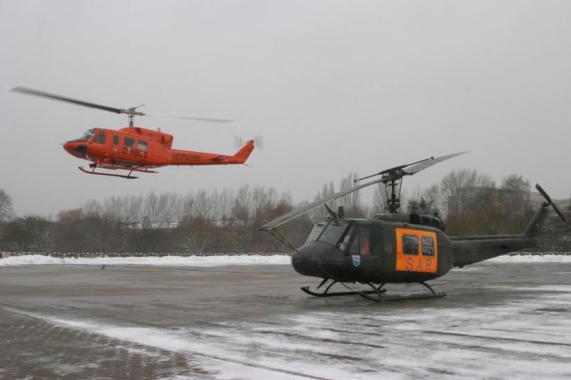 Am 19. Januar 2006 löste die zweiturbinige orange Bell 212 des Zivilschutzes die einturbinige olivgrüne Bell UH-1D der Bundeswehr ab
