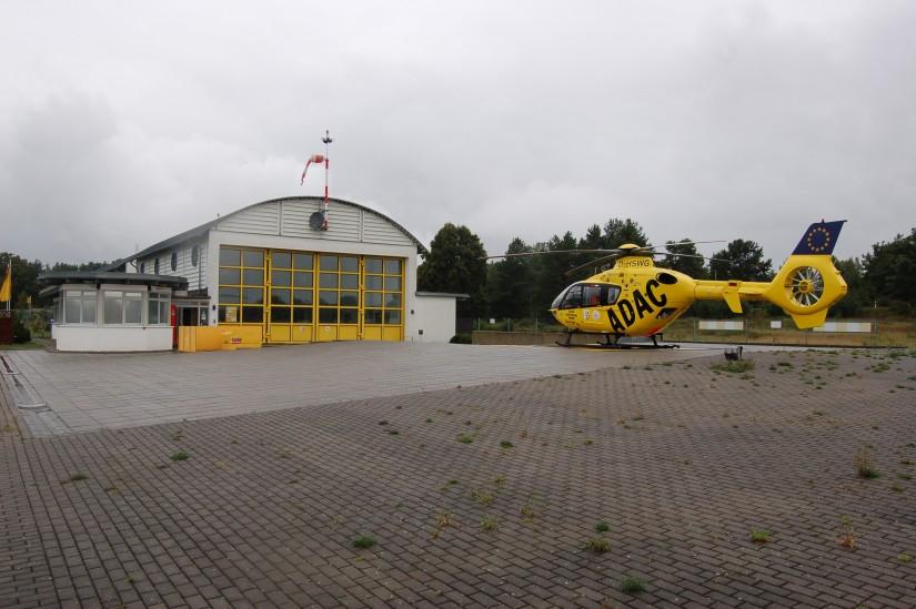 Seit dem 1. Juli 2006 kommt in Neustrelitz eine EC 135 der ADAC Luftrettung zum Einsatz (die Aufnahme stammt aus dem August 2010)