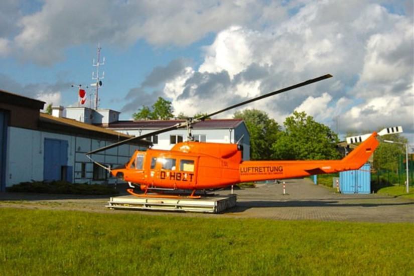 """Der Bell UH-1D folgte ab Juli 1997 eine Bell 212 als """"Christoph 34"""" (hier sieht man die D-HBZT im Mai 2004 am alten Luftrettungszentrum an der """"Schanze"""")"""
