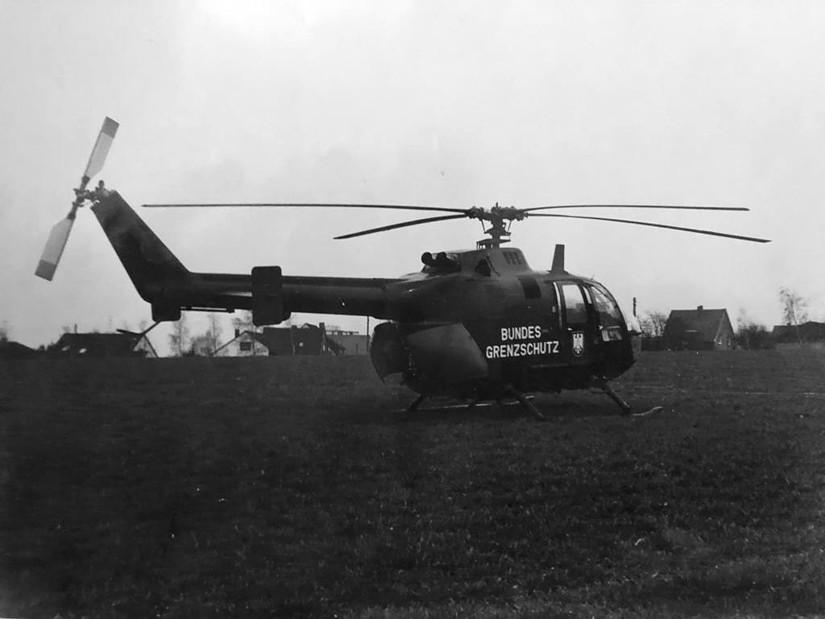 Bei Nichtverfügbarkeit der orangefarbenen Zivilschutzhubschrauber half der Bundesgrenzschutz mit seinen Hubschraubern aus. Dabei kam gleichermaßen die BO 105 zum Einsatz...