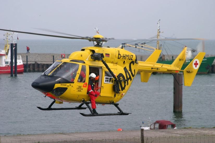 """Viele Jahre prägte die BK 117 – zumeist die """"D-HMUZ"""" – das Bild der Luftrettung in Ostfriesland. Hier eine Aufnahme von einem der regelmäßigen Trainings mit der Rettungswinde"""