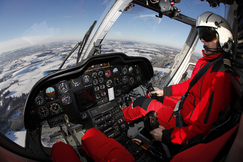 Der Pilot sitzt immer vorn rechts. Hier zu sehen nach einem Einsatzflug, während die Rotoren auslaufen