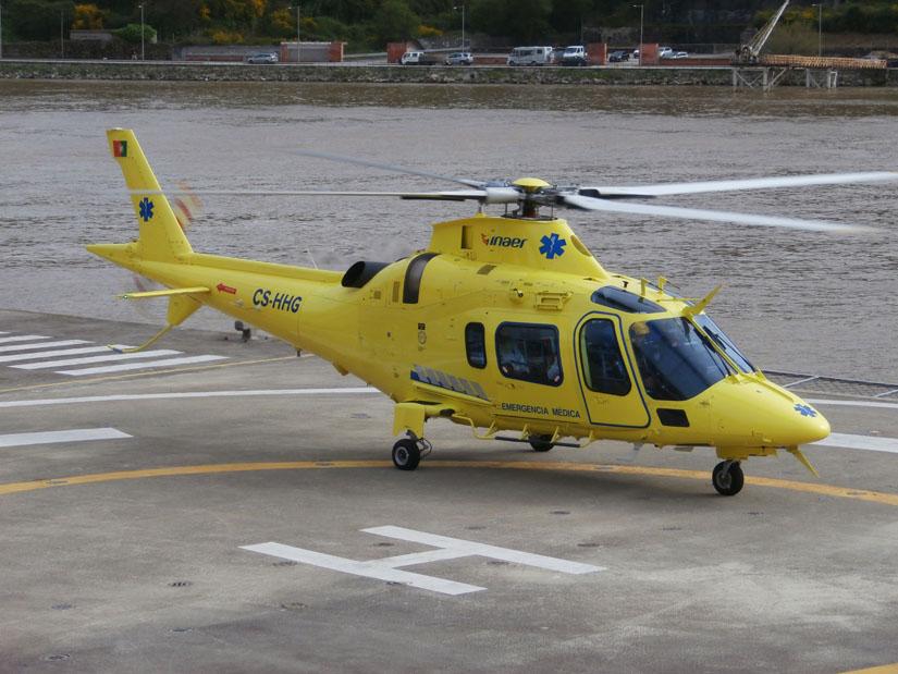 """Eine A109 E Power der Firma inaer, Kennung """"CS-HHG"""", in einer Konfiguration für medizinische Notfälle"""