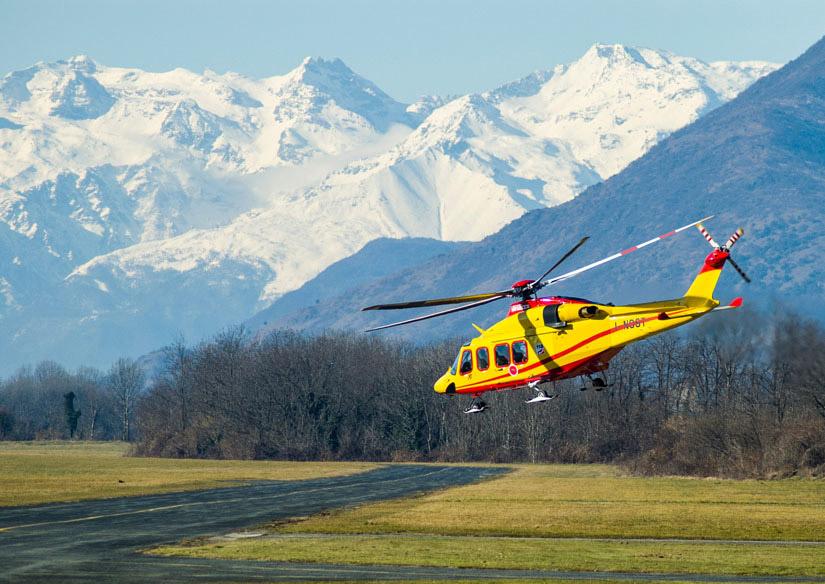Eine zivil genutzte AW 139 in Turin (Italien) vor einer Bergkulisse