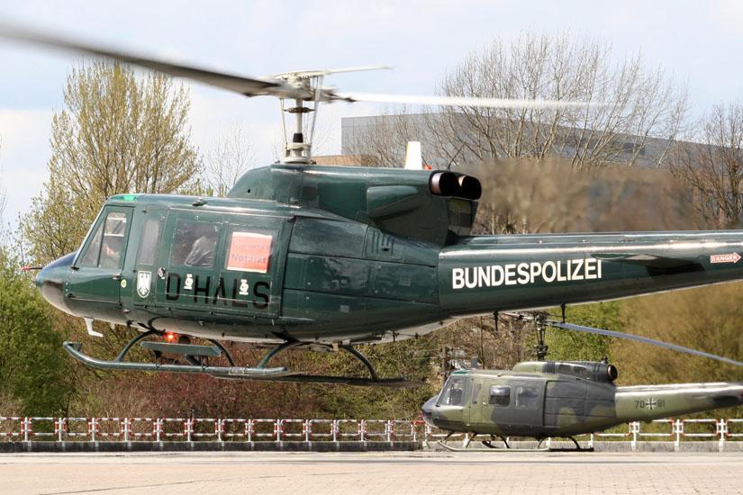 Bell 212 der Bundespolizei (links im Bild) im Rettungseinsatz
