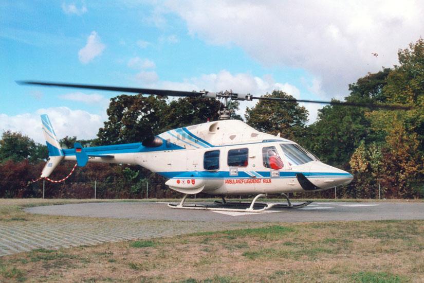 """Die typisch-elegante Form der Bell 222. Hier die Triple Two """"D-HCAN"""" noch im Einsatz für den Ambulanzflugdienst Köln – ab 2002 """"Christoph Rheinland"""" der ADAC Luftrettung mit BK 117"""