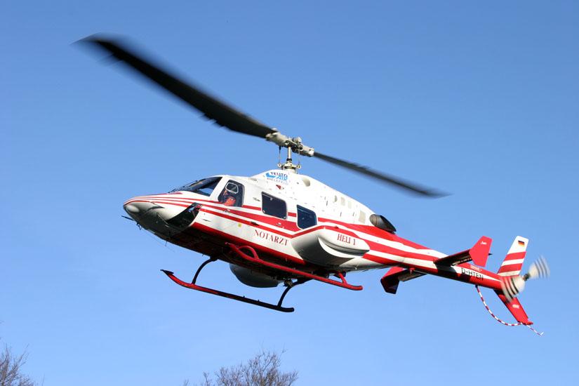 """Die Bell 222 """"D-HTEN"""" der Teuto Air Bielefeld in Hamburg am Krankenhaus Eppendorf"""