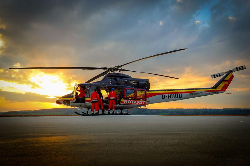 Team einer Bell 412 im Luftrettungseinsatz