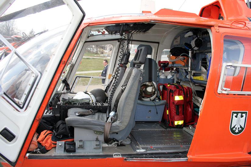 Einblick in das Innenleben der Kabine einer BO 105 des Katastrophenschutzes
