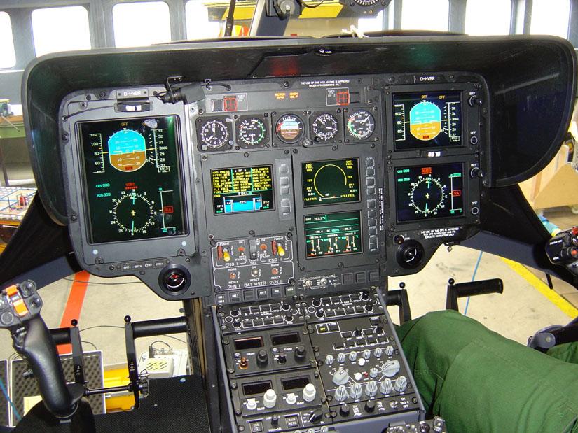 Blick in das Cockpit einer EC 135 T2 im aktivierten Zustand, mit Flüssigkristallanzeigen für die Displays des sogenannten Glascockpits