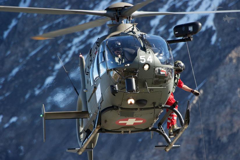 Die EC 635, also die militärische Version der EC 135, haben viele Staaten für ihre Streitkräfte beschafft. Hier eine EC 635 der Schweizer Luftwaffe in SAR-Konfiguration