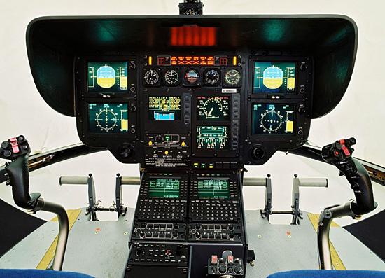"""Das digitale """"Glascockpit"""" einer BK 117 C2 / EC 145 im aktiven Zustand"""