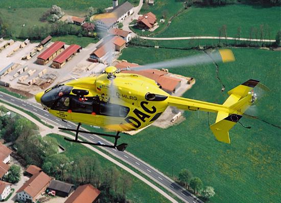 EC 145 des ADAC im Flug