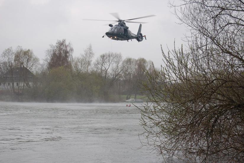 Die EC 155 B der Bundespolizei-Fliegerstaffel Fuldatal noch in der alten tannengrünen Lackierung des ehemaligen BGS während einer Wasserrettungsübung an der Fulda im nordhessischen Kassel