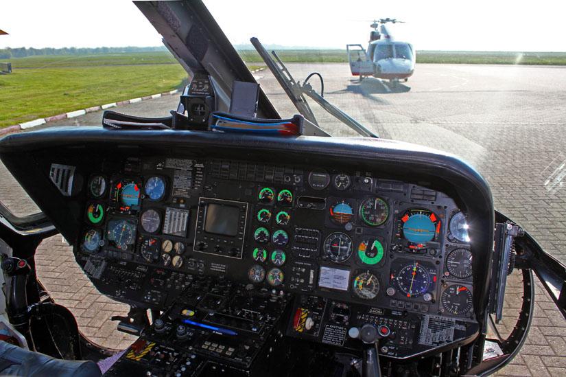 """Offshore-Maschine von Fa. Wiking: Das Cockpit dieser Maschine mit Doppelsteuer-Konfiguration zeigte sich noch als """"Uhrenladen"""" mit analogen Instrumenten"""