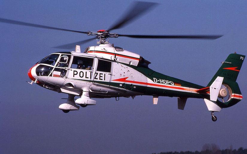 Frühe Varianten der SA 365 sind vorne rundlicher, bulliger und so leicht von Exemplaren neuerer Varianten unterscheidbar. Hier die D-HOPQ, mit der die Polizei Niedersachsen in Uelzen und Wolfenbüttel eine Zeitlang für die Luftrettung flog