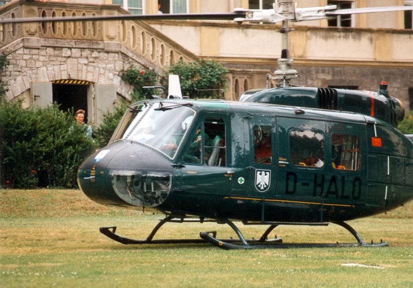 Zeitweise half der Bundesgrenzschutz beim Katastrophenschutz mit Bell UH-1D in der Luftrettung aus: Hier Christoph 18 an der Uniklinik Würzburg