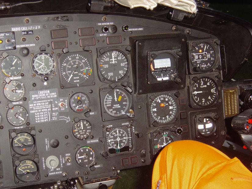 Das Cockpit der Bell UH-1D ist noch ganz konventionelle Technik, die ohne große Flüssigkristall-Displays auskommt
